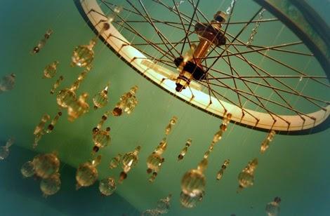 Reutilizar ruedas de bici para crear una lampara de techo