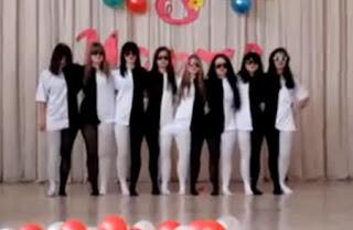 chicas bailando de blanco y negro y con las piernas hacen un efecto visual