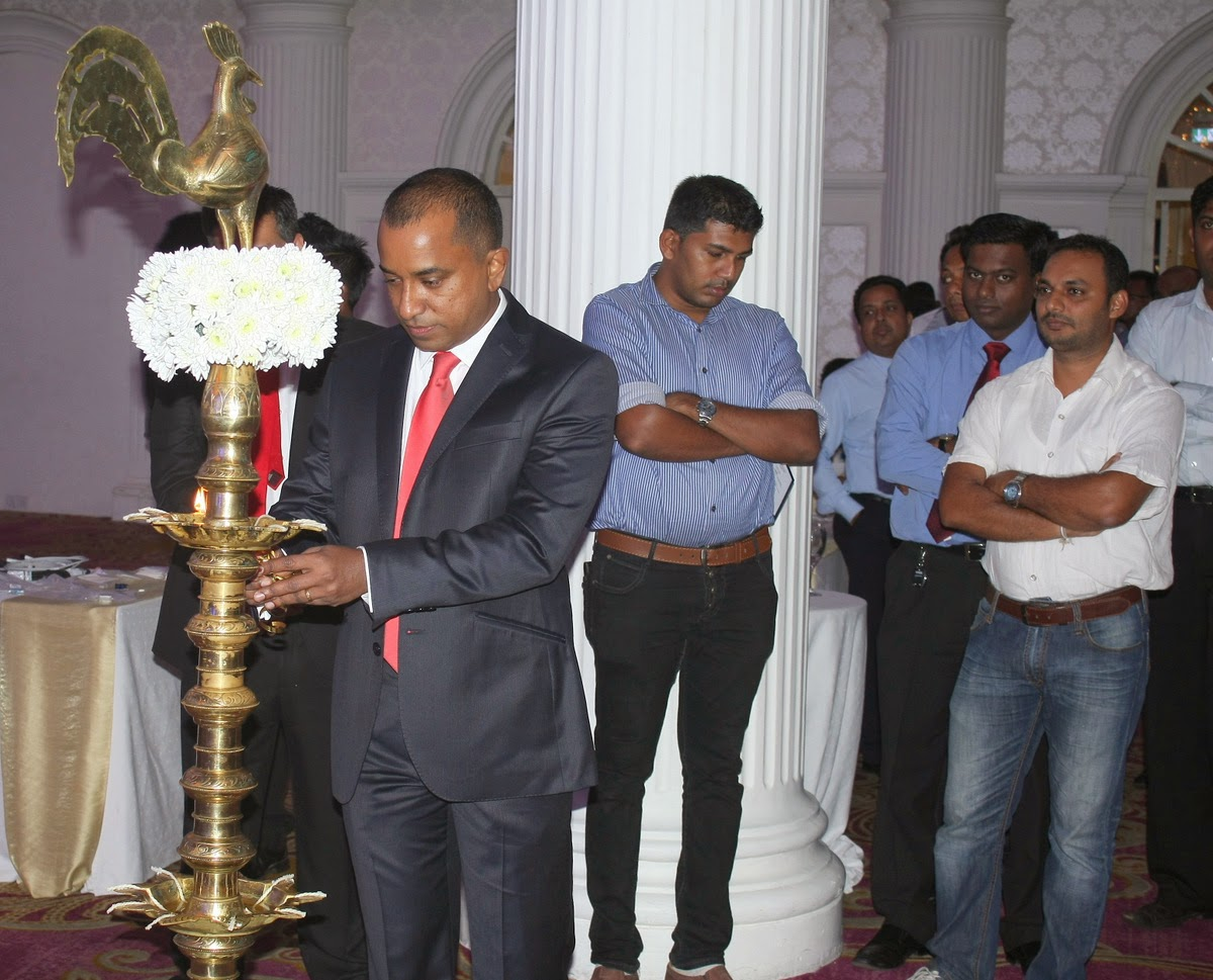Harsha de Silva, Chairman of Navara Capital Group lights the traditional oil lamp at the R&M launch
