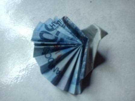 Gambar membuat origami dari uang kertas menjadi bentuk burung merak cantik dan lucu