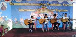 Ezer Twopama Manihuruk Tampil Perdana Main Gitar
