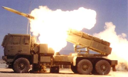 HIMARS menembakkan roket