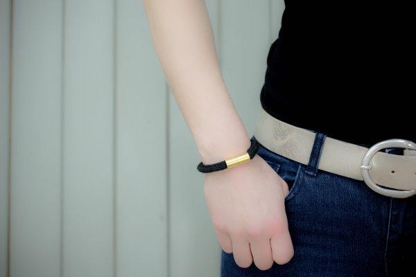 Selbstgemachte Armbänder aus Strick