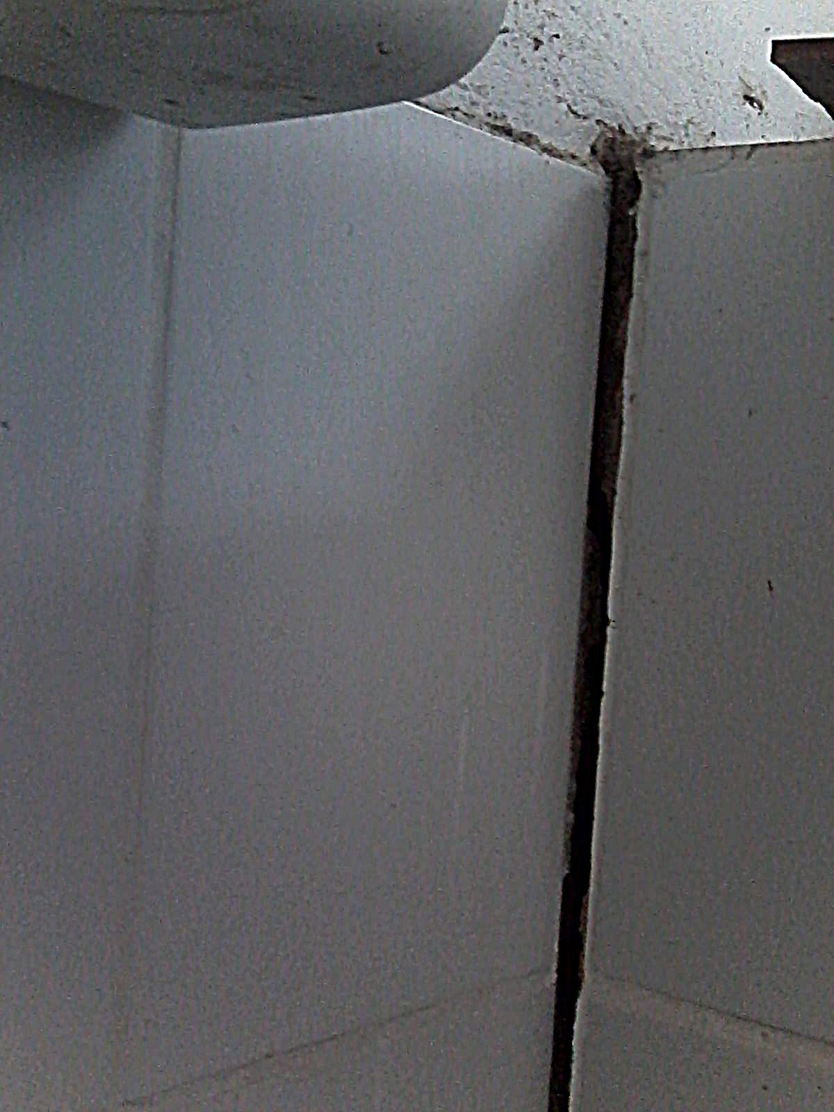 banheiro que pode desabar a qualquer momento há muito está  #5E6A6D 1200 1600