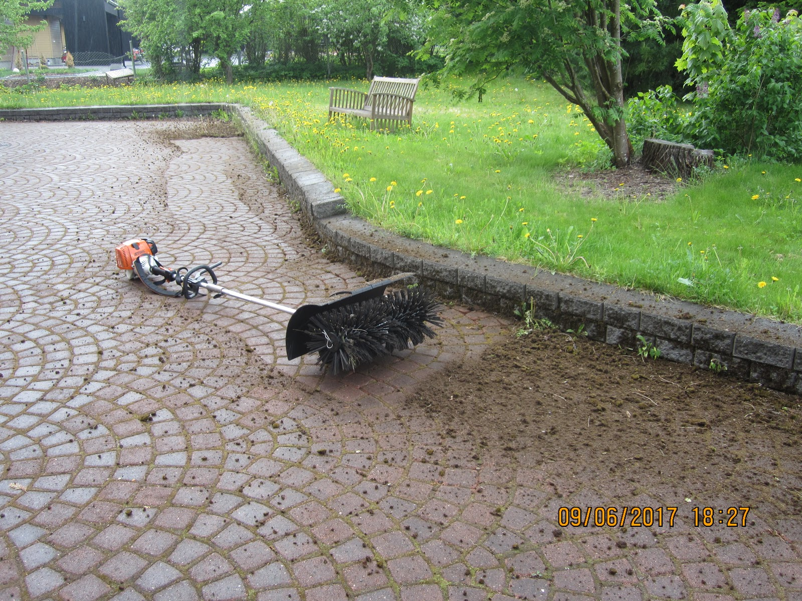 Katujen ja pihojen harjaukset stihlin kombikoneella Talonmiespalvelu@gmail.com Tampere Pirkanmaa