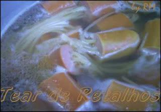 Cozinhando o macarrão espetado nas salsichas.