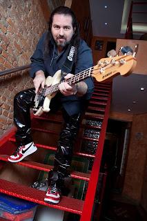 """Tema de baixo de Nick Niedt ganha versão """"brazuka"""" - Central do Rock: notícia, press release, jingle, dr. sin"""