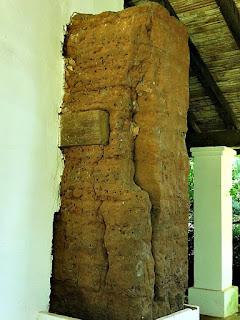 Construção original de adobe no Museu Diocesano de San Ignacio Guazu, no Paraguai.