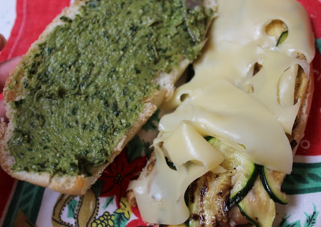 panino con zucchine grigliate e formaggio