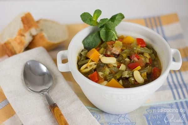Sopa de verduras y judías blancas con hierbas