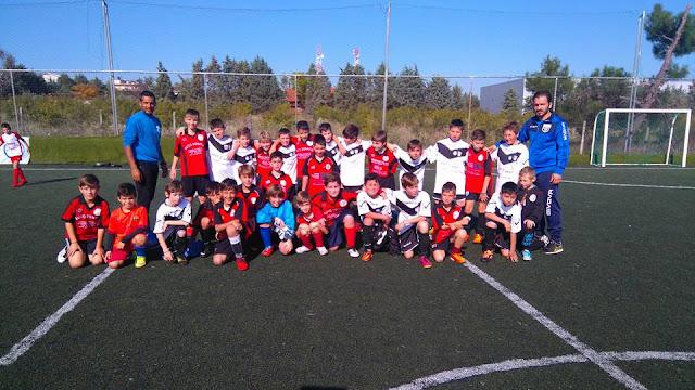 φωτογραφία του παιδικού τμήματος μαζί με την αντίπαλη ομάδα