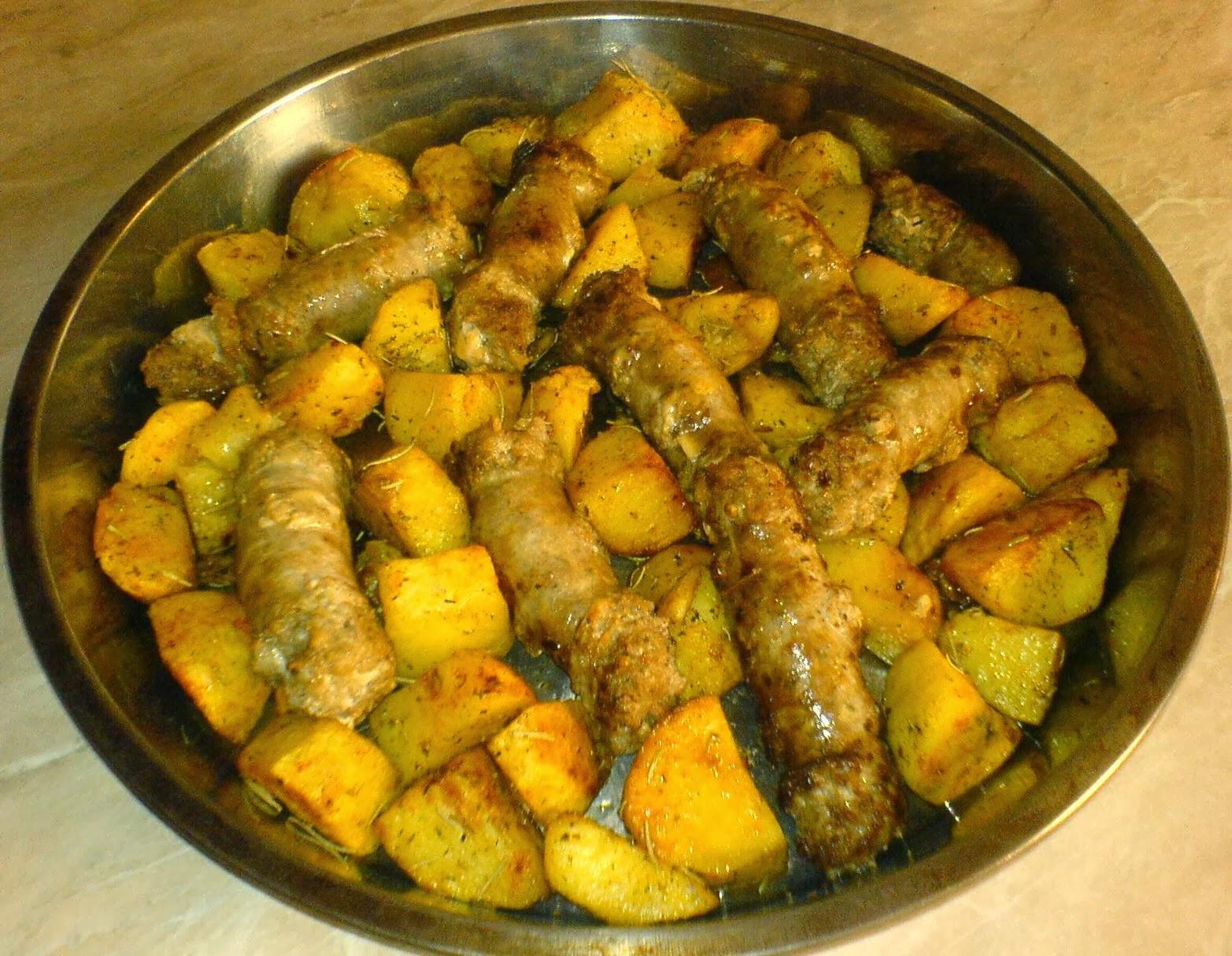 friptura de cartofi la cuptor, friptura de carnati la cuptor, retete cu carnati de porc, retete cu cartofi, retete de craciun, retete culinare, preparate culinare, fripturi, fripturi la cuptor, retete de mancare, meniu de craciun, mancaruri, mancare, retete cu carne de porc,