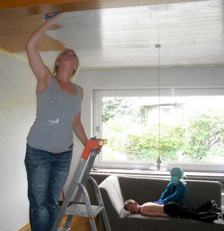 Ich Habe Endlich Angefangen, Uunsere Wohnzimmerdecke Weiß Zu Streichen!  Soooo Lang Schon Wollte Ich Diese Blöde Braune Holzvertäfelung Weghaben.