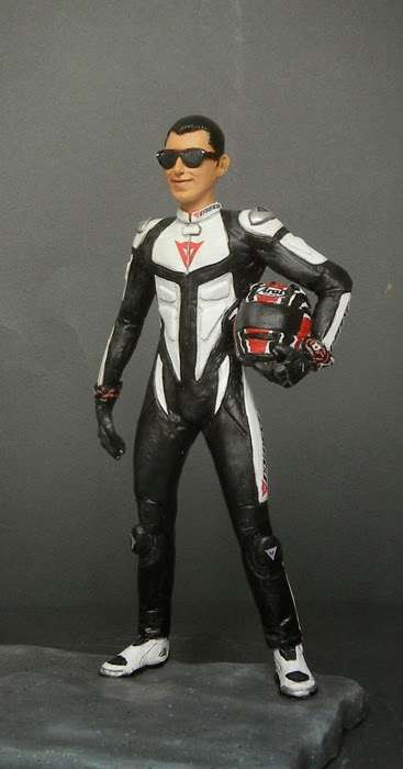 statuina personalizzata realistica idea regalo motociclista orme magiche