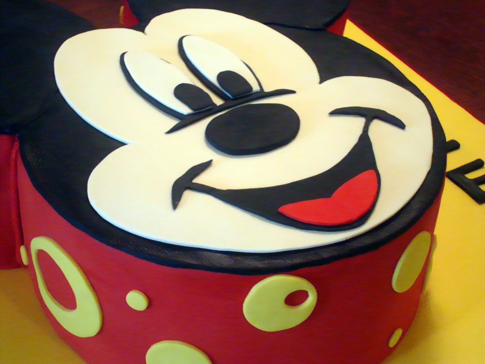 Pictures Of Mickey Mouse Face Cakes : Angel Cakes Bakery: Mickey Mouse + Winter Onederland