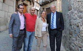 El seleccionador Vicente del Bosque junto a la alcaldesa de Mogarraz y el autor de los retratos, Maillo