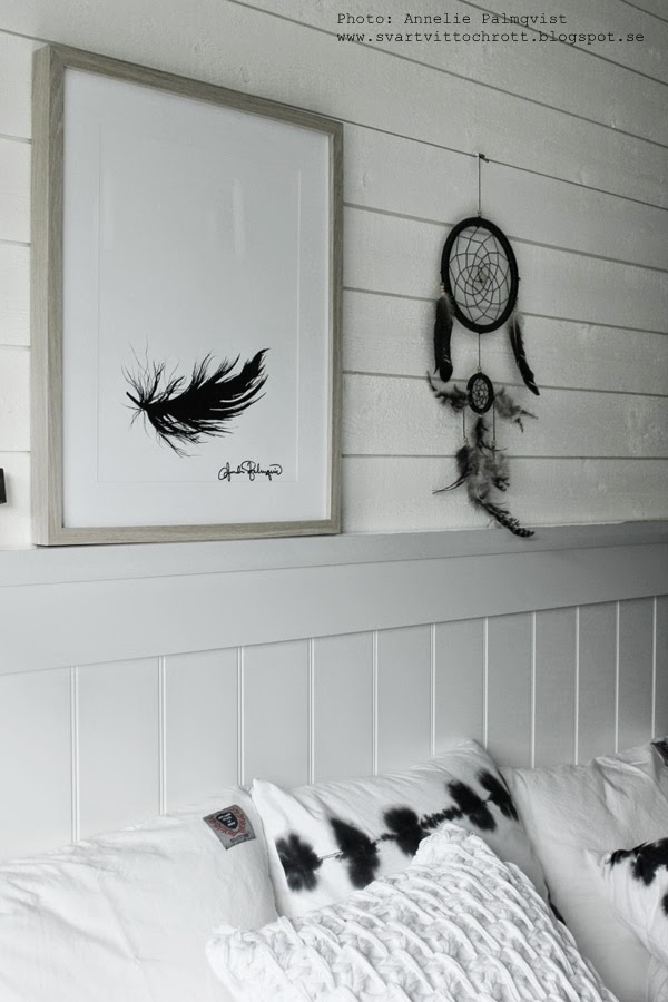 art, artprint, artprints, tavla, tavlor, tavlorna, prints, konsttryck, konsttrycket, poster, posters, svart fjäder, tavlor i svartvitt, sovrum tavla, sovrummet, vitt, vita, svart, svarta, sänggavel, trägavel, drömfångare, turkiet, fjädrar, fjäder