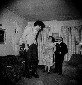 Un géant juif à la maison avec ses parents dans le Bronx, New-York, 1970