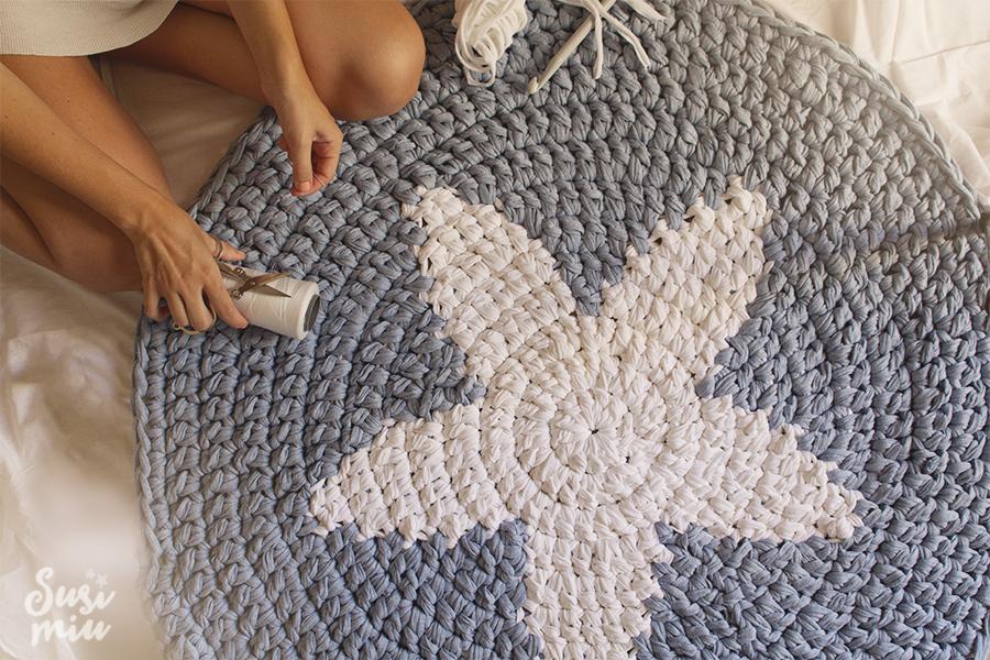Diy tricotea una alfombra decoraci n for Alfombras hechas a mano en casa