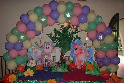 Globos Multicolor Y En Medio Dos De Los Personajes De My Little Pony