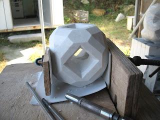 久保極が作る大理石の抽象彫刻の制作過程