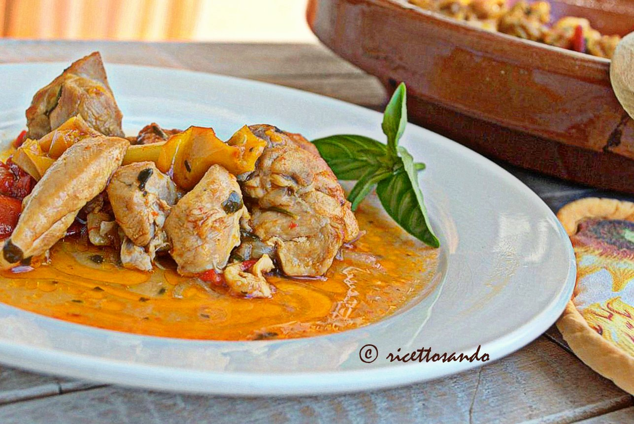 Bocconcini di pollo ai peperoni ricetta di carne bianca stufata con verdure