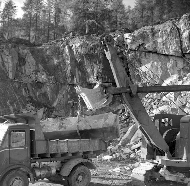 Broughton Moor. Green Slate Quarries, Spout Crag Quarry, 7 miles south-west of Coniston, Cumbria. Loading a large block in the quarry - NCK 304.