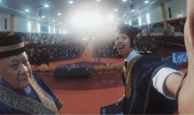 Selfie Saat Wisuda Mahasiswa Di Hukum Penundaan Wisuda selama 2 Tahun