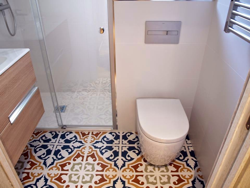 en el pavimento se instal parquet sintetico acabado roble blanqueado con rodapi lacado blanco para las puertas se opt por un acabado roble blanco
