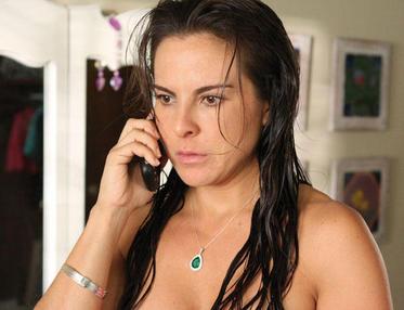 Teresa despues de que todo su mundo narco, decide huir para salvar su ...