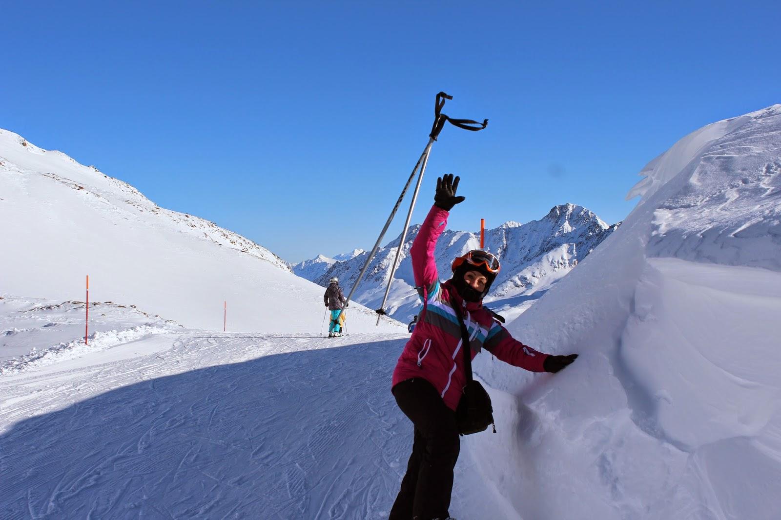 smieszne zdjęcie, różowa kurtka tenson, kask, gogle,spy, canon, szczyt lodowca foto