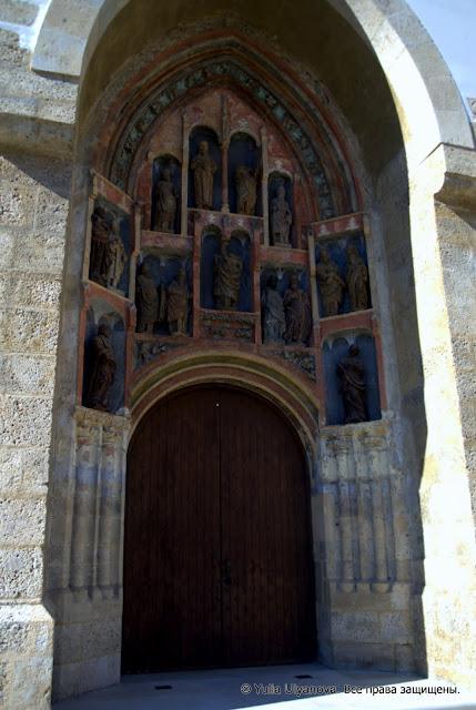 Деревянные скульптуры над входом в церковь Св. Марка, Загреб