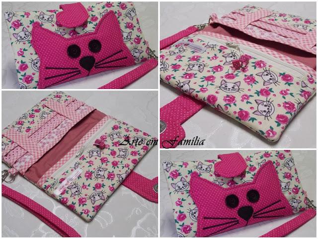 carteira em tecido com gatinho, com espaço para cartões e bolso com zíper. O rabo do gatinho fecha a carteira.