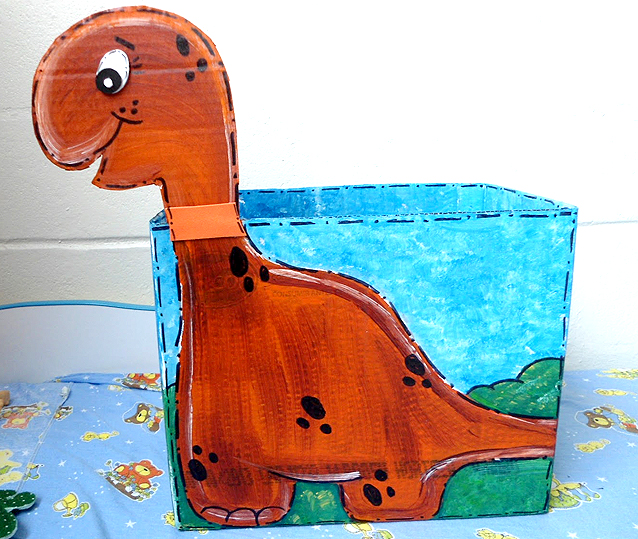 Caixa de papelão decorada para guardar brinquedos