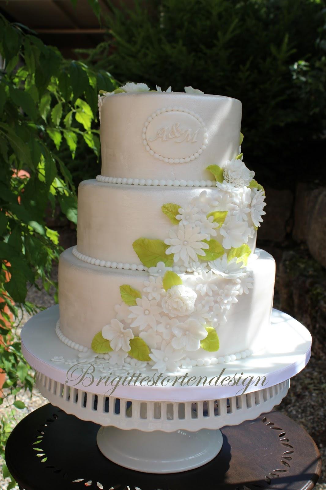 Brigittes Tortendesign: Hochzeitstorte in weiß mit kleinen