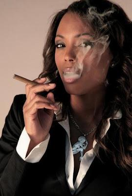 Aisha-Tyler-cigar - black woman smoke cigar