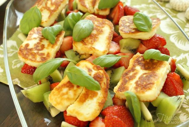 halloum, halloum-kiivi-mansikka-salaatti, kesä, lisäke