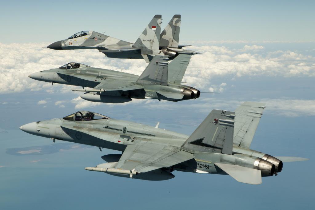 الاف18 للجزائر مع اوضد؟ - صفحة 3 Australian+No.77+Squadron+FA-18+Hornet+welcome+Indonesian+Air+Force+%2528TNI-AU%2529+Sukhoi+Su-27+%2526+Su-30+Flanker+into+Darwin+to+participate+in+Exercse+Pitch+Black+2012+%25288%2529