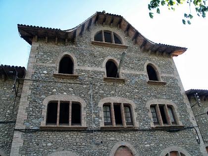 Detall de la Colònia Imbern de clar estil gaudinià, amb els murs fets de còdols de riu