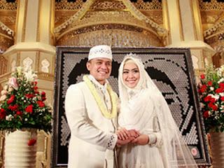 Oki Setiana Dewi dan Rio - Pernikahan Islami (foto Okezone)