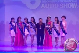 Ketua penyelenggara GIIAS 2015, Johnny Darmawan, beserta tujuh finalis Miss Auto Show 2015