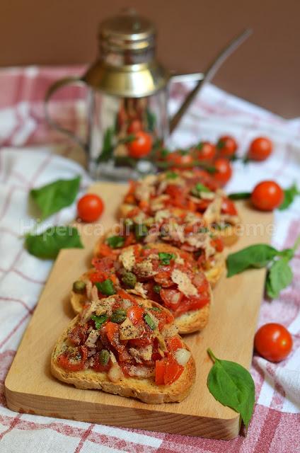 hiperica_lady_boheme_blog_di_cucina_ricette_gustose_facili_veloci_antipasti_spuntini_bruschette_al_pomodoro_e_tonno_1