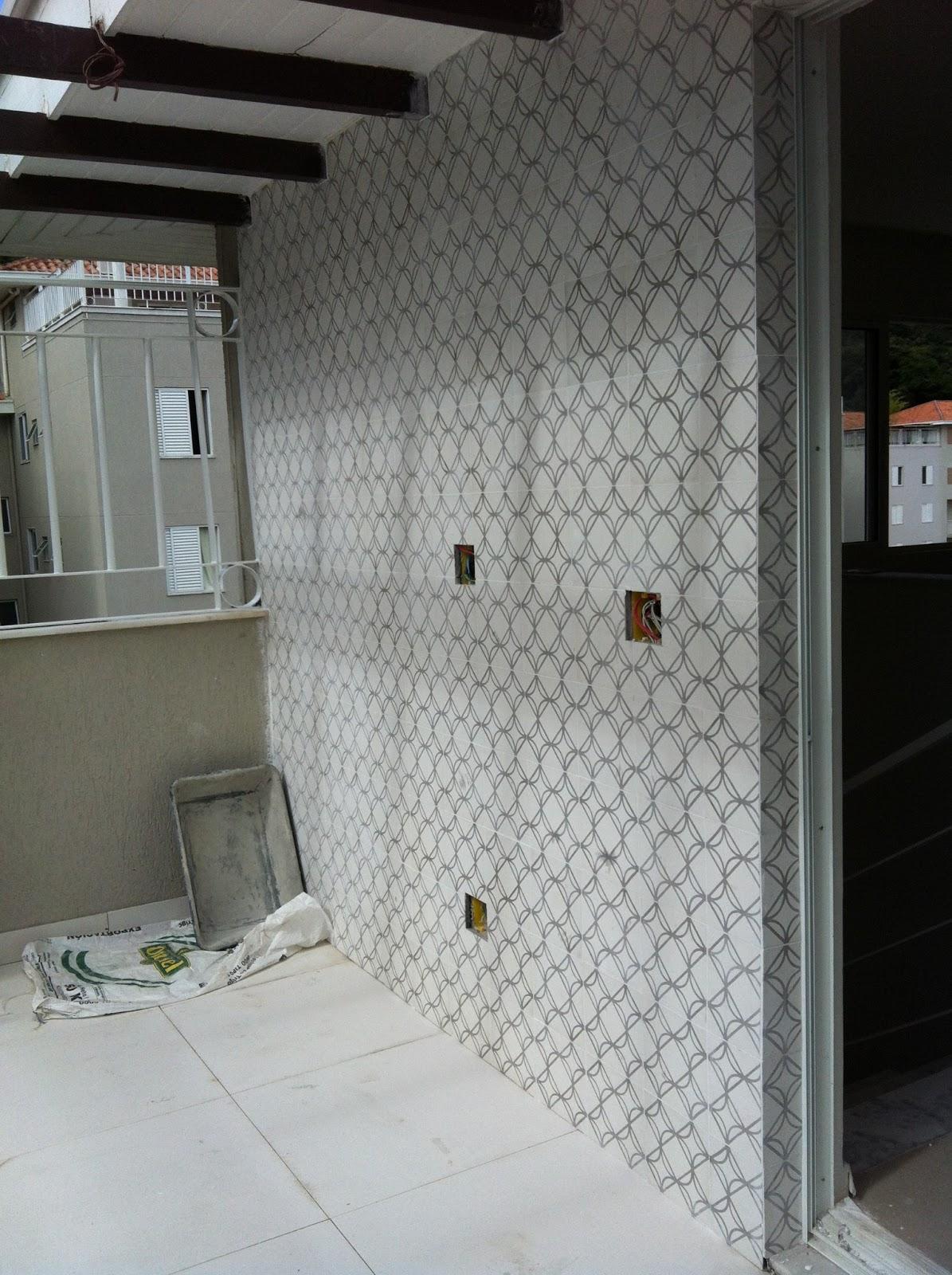 Nessa parede utilizei ladrilho hidráulico em tons de cinza e branco  #5A4F48 1195x1600 Bancada Banheiro Concreto