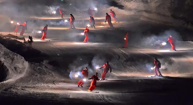 Авориаз фестиваль курорт горные лыжи горы ночь снег спуск с факелами ESF
