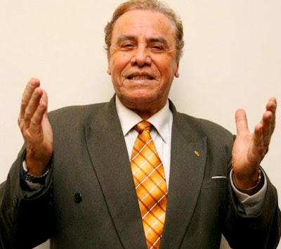Augusto Polo Campos extendiendo las manos