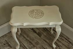 Heel klein Queen Anne tafeltje