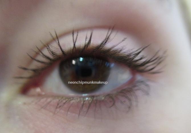 how to wear mascara on bottom lashes