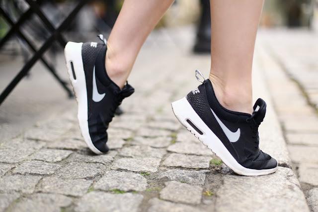 czarne buty nike air max thea stylizacja na nodze