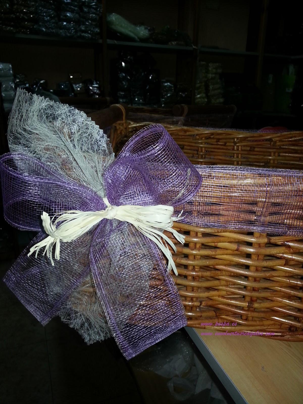 Envolver tus regalos pespa cesta decorada con jute - Como decorar una cesta de mimbre ...
