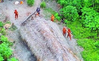 foto yang menunjukkan beberapa orang suku terasing yang tinggal di